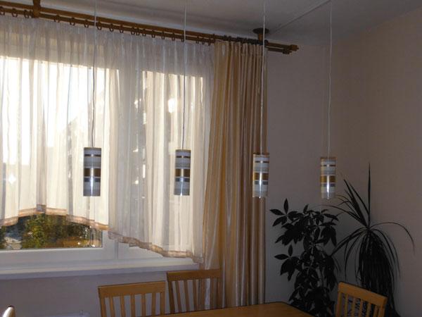 bodove svetla nad jedalenskym stolom