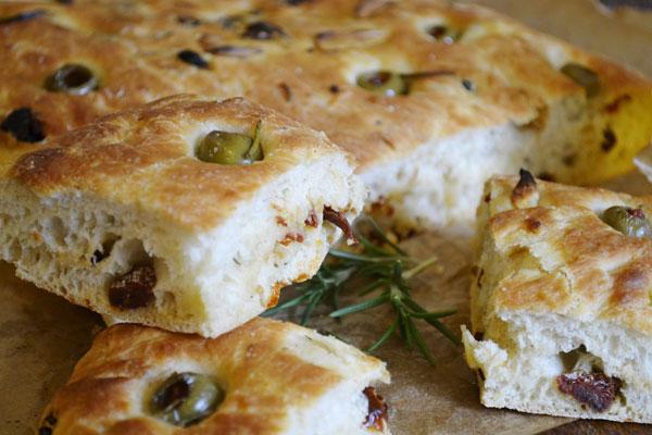 domaci taliansky chlieb s olivami a susenymi paradajkami