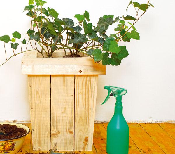 dreveny kvetinac do interieru i na terasu