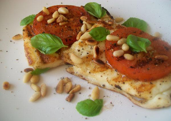 grilovane halloumi s paradajkami