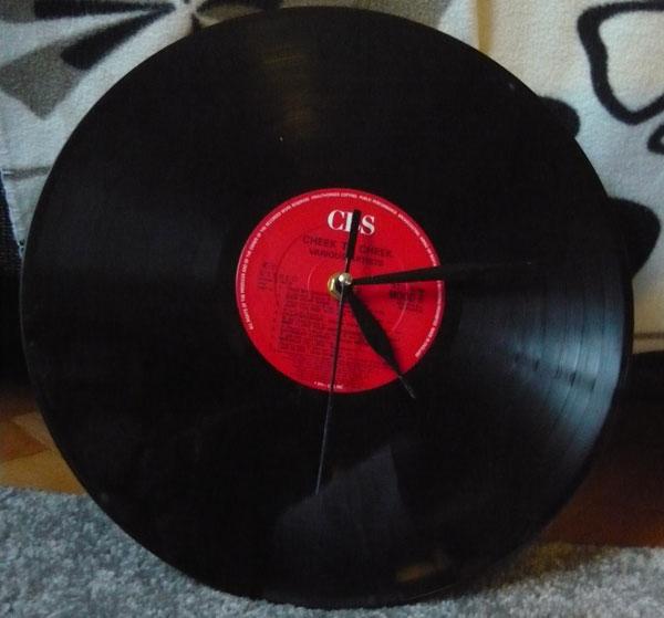 Hodiny z vinylovej platne