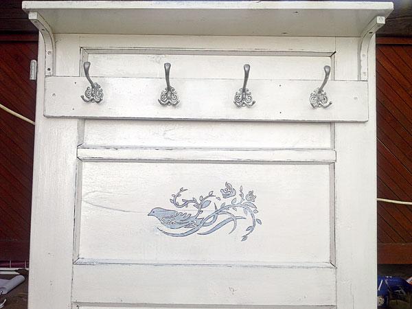 Staré dvere z chalupy ako vešiaková stena