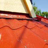 Doťahovanie skrutiek na plechovej streche