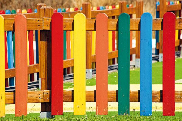 Ako správne natrieť drevený plot krycím farebným náterom