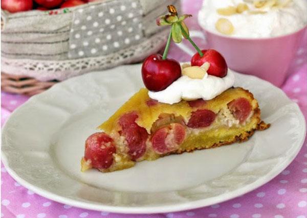 Čerešňový koláč s marcipánom a so šľahačkou ochutenou mandľovým likérom