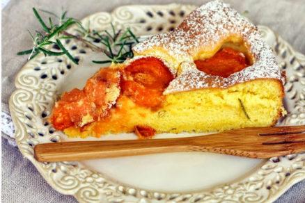 Jemný marhuľový koláč s rozmarínom