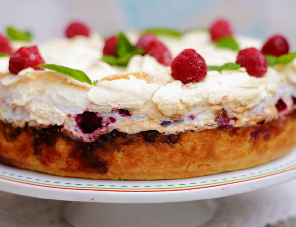 Orechová torta s penou a malinami