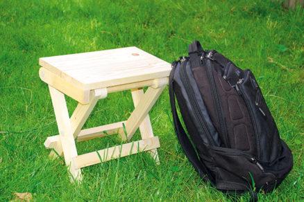 Praktický skladací stolček z dreva