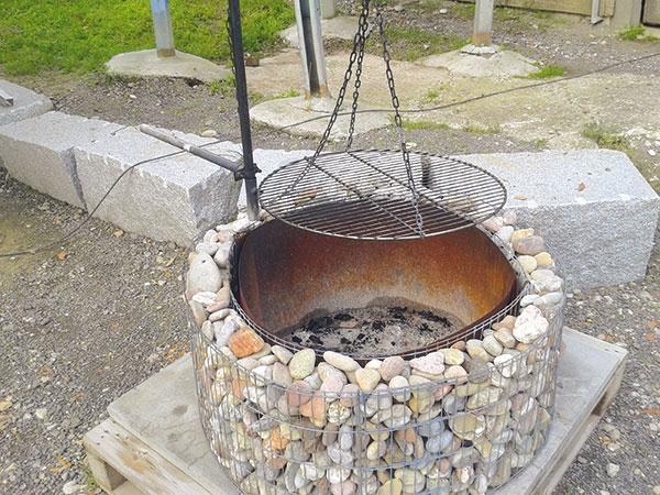 Jednoduchý a lacný nápad, ako nasucho postaviť kamenný gril