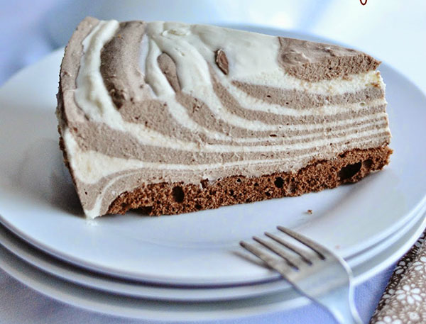 Kakaová pruhovaná torta so šľahačkou na domácom korpuse