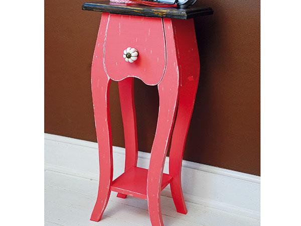 Nočný stolík z dreva s nezameniteľným tvarom