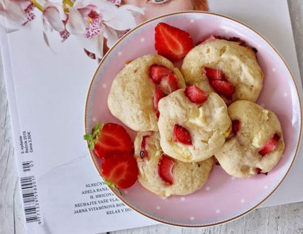 Jahodové cookies s mascarpone a bielou čokoládou