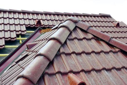 Rekonštrukcia strechy - montáž hrebeňa strechy