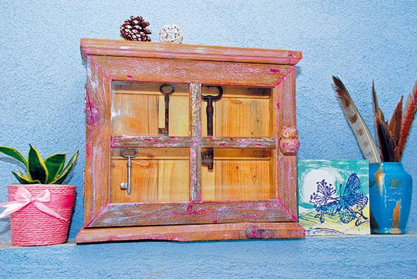 Praktická skrinka na kľúče zo starého dreva