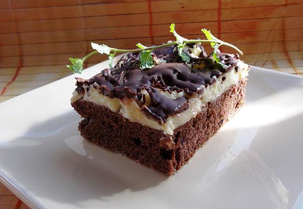 Čokoládový dezert s banánmi a vanilkovým krémom