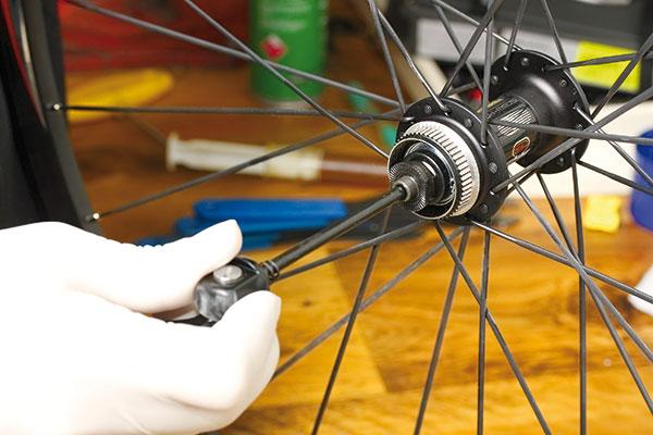 Údržba predného kónusového náboja na bicykli