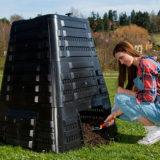 Úrodná prsť z kompostéra vonia lesom