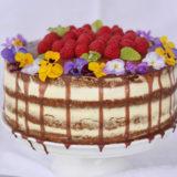 Lahodná maková torta s vanilkovým krémom a malinami