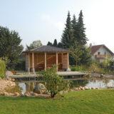 V záhrade si postavili veľké jazierko s umelým potokom. Za vodu neplatia ani cent!