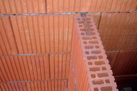 Ako napojiť priečku na nosné múry