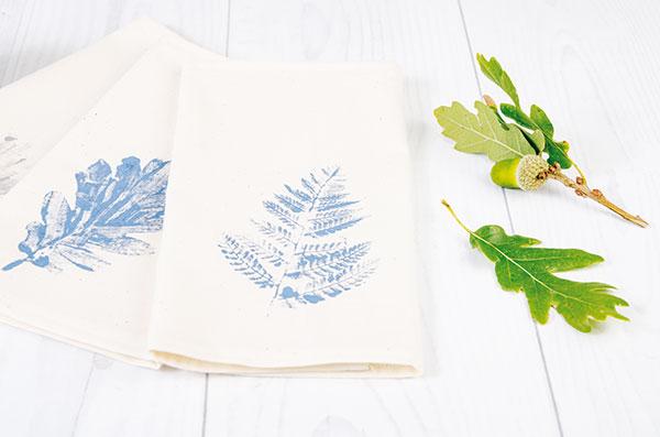 Originálne textilné prestieranie pomocou obyčajných listov