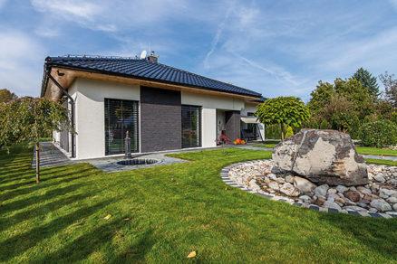 Pri Zlatých Moravciach si svojpomocne postavil špičkový pasívny dom. Mesačne platí iba 50 €!