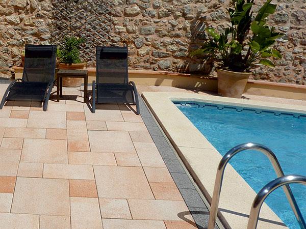 V okolí bazéna – bezpečne a pohodlne