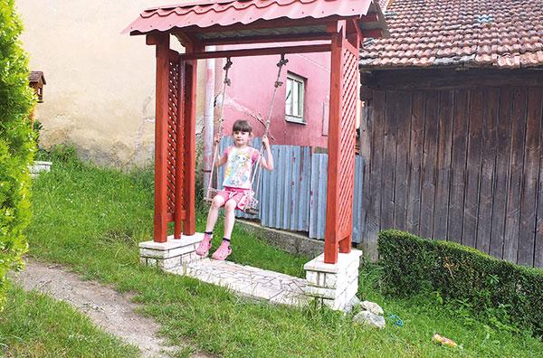 Detská záhradná hojdačka so strieškou a travertínovým soklom