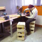 Pevná pracovná stolička do dielne zo starej palety