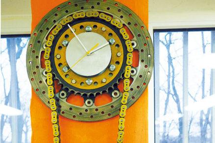Oceľové hodiny zo starých dielov