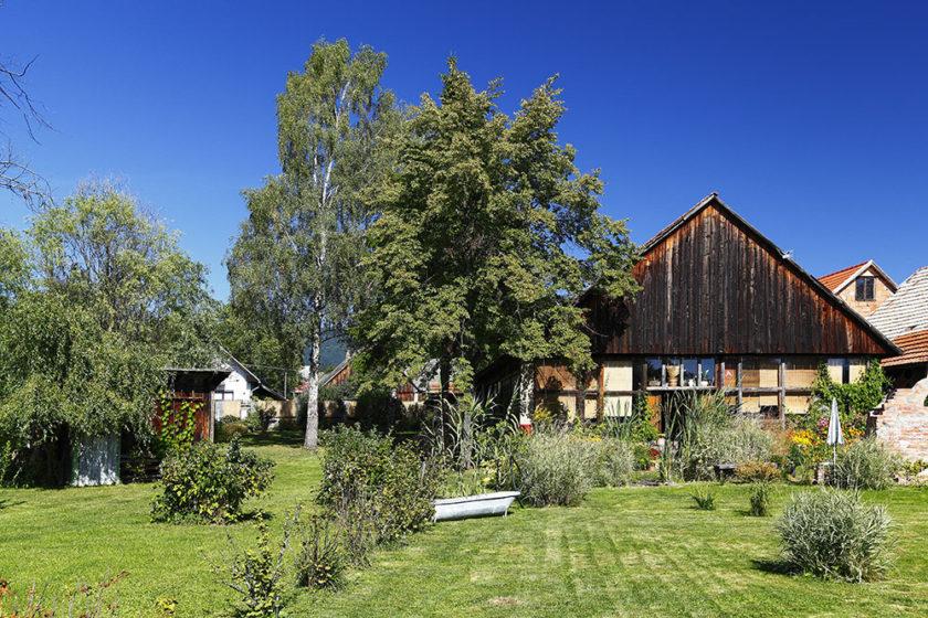 V Bobrovci si dvaja kamaráti prerobili starú stodolu na jedinečné oddychové miesto