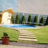 Drevený záhradný domček ako z rozprávky