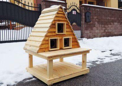 Drevený domček pre mačaciu rodinku