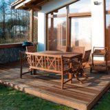 Osvedčený návod na drevenú terasu so zvislou záhradou