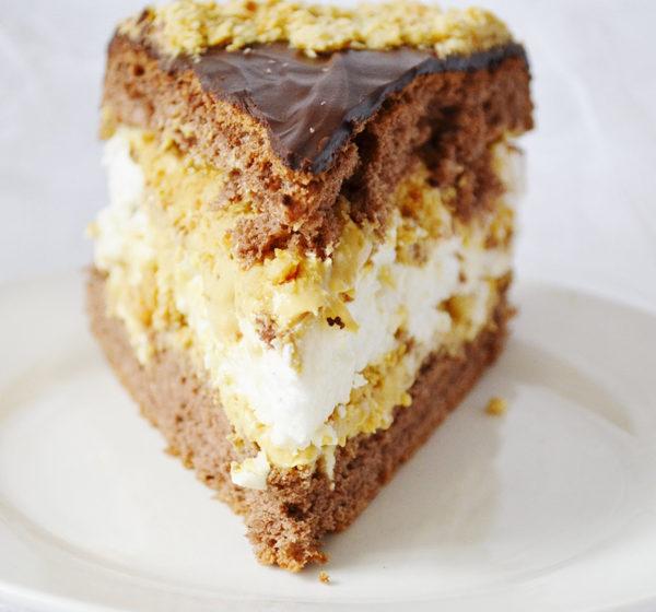 karamelova torta s penou a prazenymi arasidmi