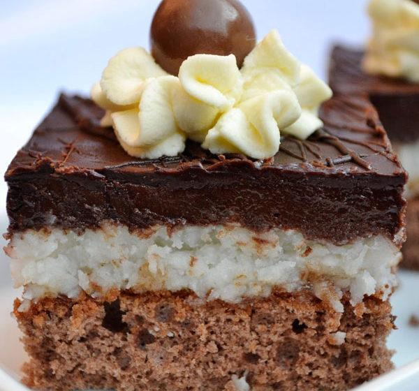 kokosovy zakusok so stavnatou piskotou a cokoladovou polevou