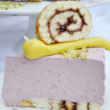 Letná malinová torta s marcipánovými slimákmi
