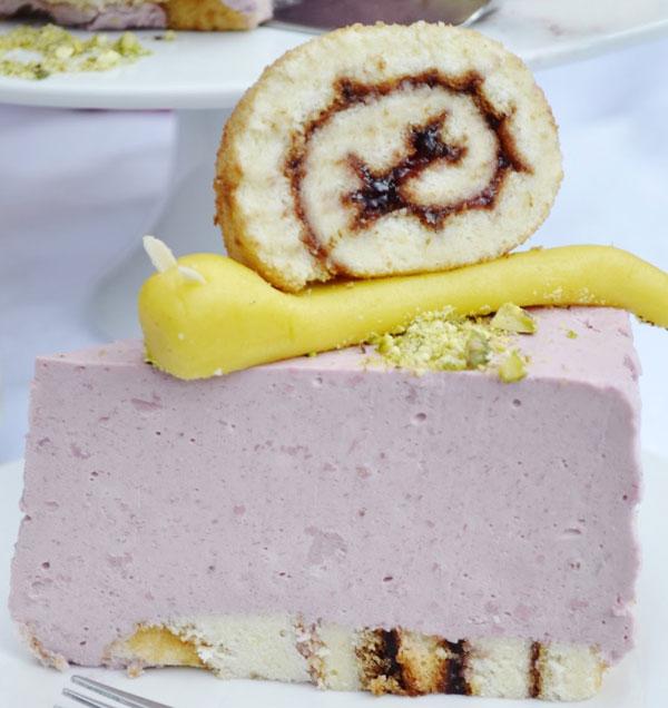 letna malinova torta s marcipanovymi slimakmi
