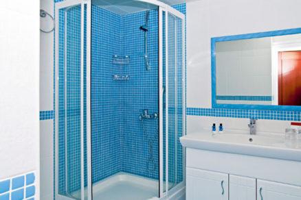 montaz zasteny v sprchovacom kute
