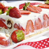 nadherny letny dezert s tvarohom a jahodami