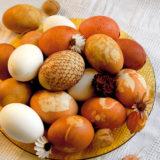 Veľkonočné vajíčka zdobené cibuľovým odvarom