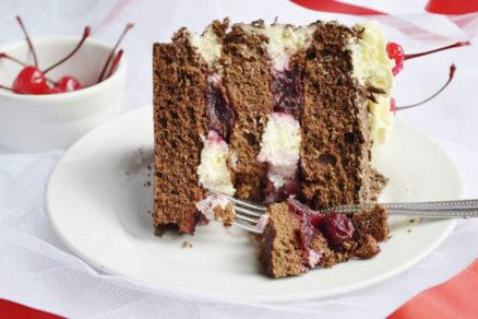 Višňová torta s príchuťou rumu a škorice