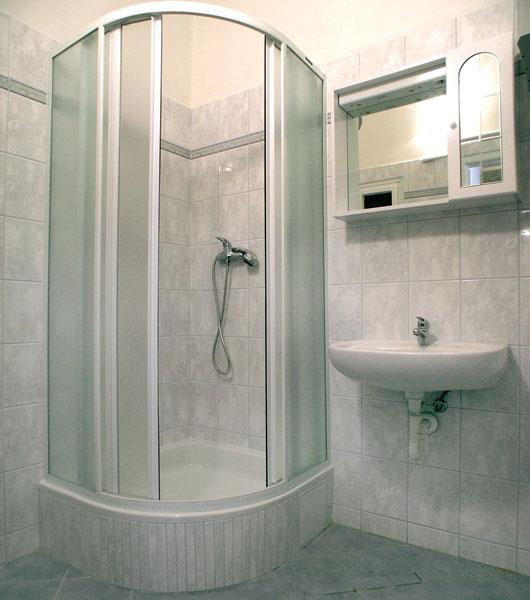 zabudovanie sprchovacieho kuta